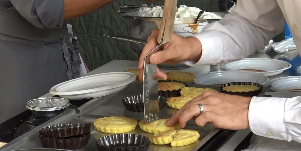 Una fase della creazione del dolce a base di patata di Entracque - Copryright Turismo in Langa PH Federico Bellardi