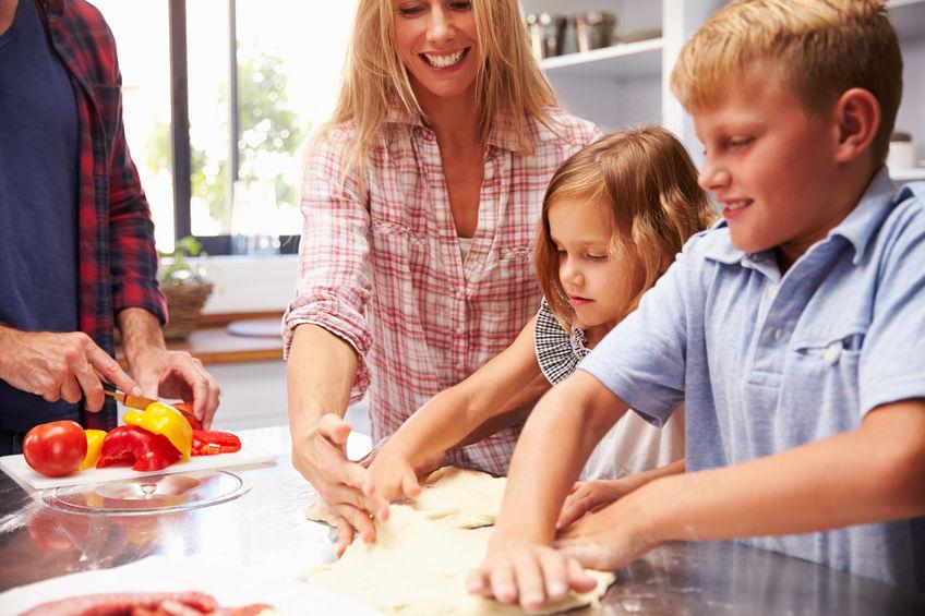 Genitori e figli in cucina - all right reserved